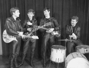Теперь ты знаешь, что 16 августа 1962 году из группы «The Beatles» изгнан Пит Бест, и его место занимает Ринго Старр…