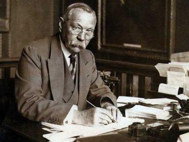 Теперь ты знаешь, что 31 октября 1892 года Артур Конан Дойл опубликовал книгу «Приключения Шерлока Холмса»