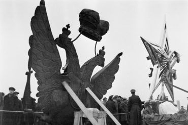 Теперь ты знаешь, что 2 ноября 1937 года к двадцатилетию Октябрьской революции на Кремлевских башнях установлены рубиновые звезды.
