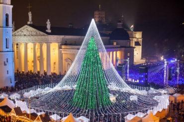 Уникальная рождественская елка, украшенная 50 000 лампочками!