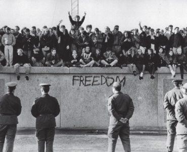 Теперь ты знаешь, что 9 ноября 1989 года началось разрушение Берлинской стены.