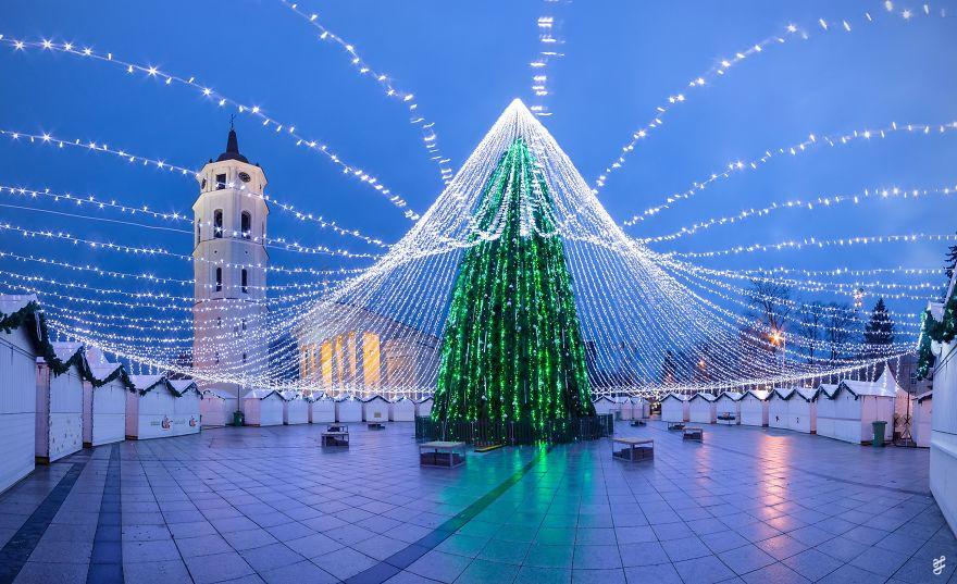 christmas-tree-illuminated-by-50000-lightbulbs-opens-festive-season-in-vilnius-583d32d85ae64__880