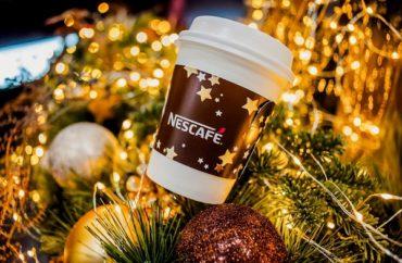 Насладитесь чашечкой ароматного кофе в рождественском NESCAFÉ баре