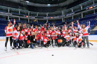Живи хоккеем: «Бесценная Лига» провела женскую хоккейную тренировку для журналистов и блогеров