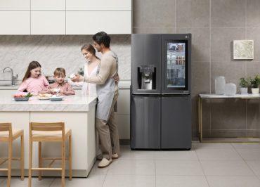 Новый холодильник InstaView™ Door-in-Door® в черном цвете на Российском рынке