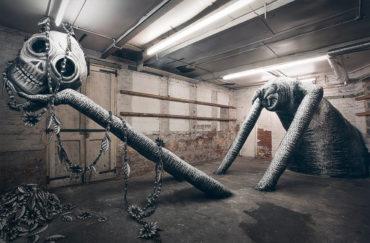 Монохромные монстры на заброшенной фабрике