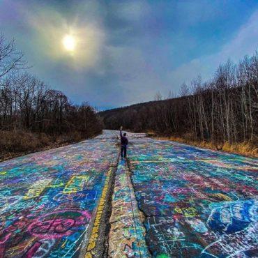 Заброшенное шоссе, покрытое графитти