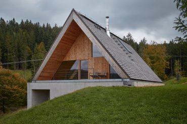 Дом в холме Бескидских гор