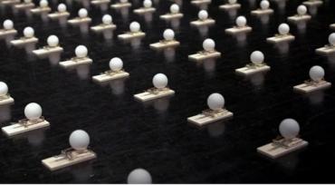 Распространение коронавируса на примере видео эксперимента с мячиками для пинг-понга
