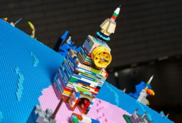 Целый мир глазами ребенка: компания LEGO Group представила модель земного шара с детскими творческими постройками из кубиков