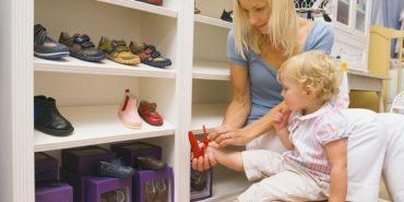 Бренд не важен: родители рассказали, как выбирают обувь своим детям