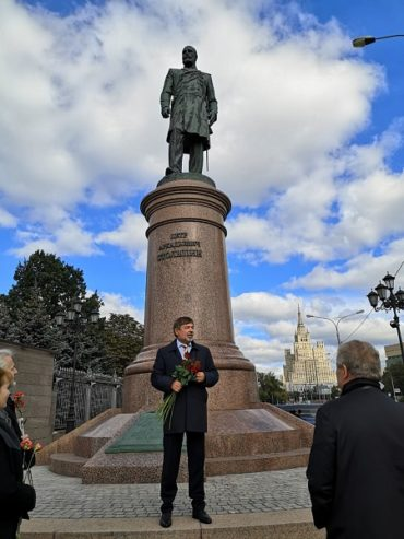 К памятнику Столыпина пришли люди, чтобы почтить память, возложить цветы